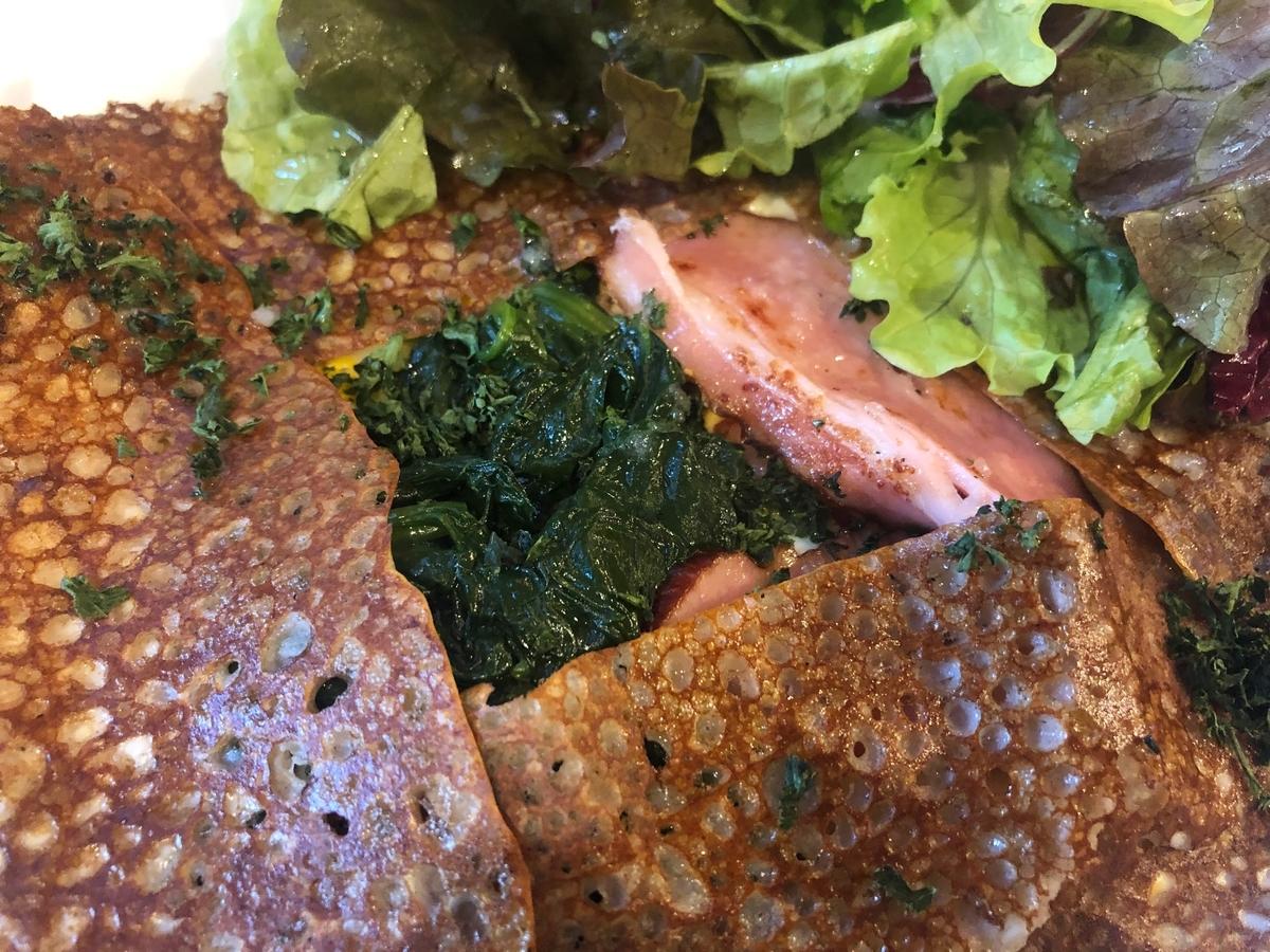 コキヤージュ ベーコン、ホウレン草、卵、チーズのガレット アップ