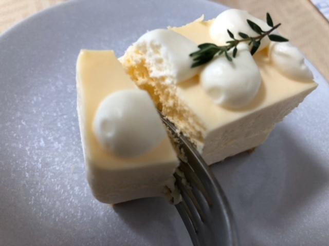 ギャラリーシロップ レアチーズケーキを割るところ
