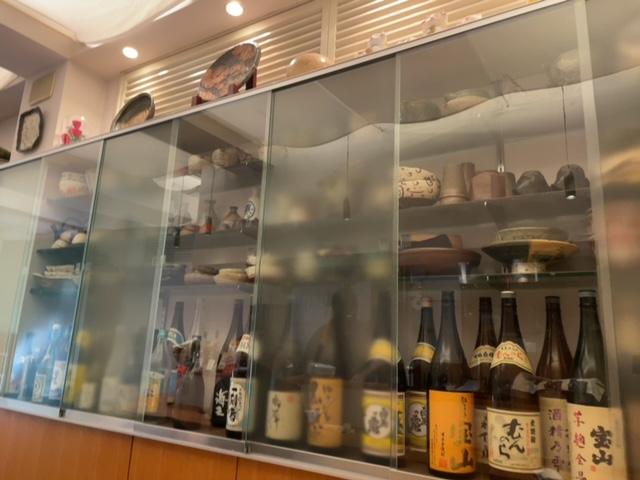 神楽坂けん 店内の日本酒コーナー