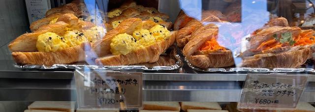 SANDANDELICABONGOUT 卵とトリュフのサンド、キャロットラペとスモークチキン