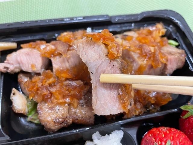 神楽坂 食彩一番 テイクアウト 魚の塩焼と豚肩ロース弁当 豚肩ロース リフトアップ