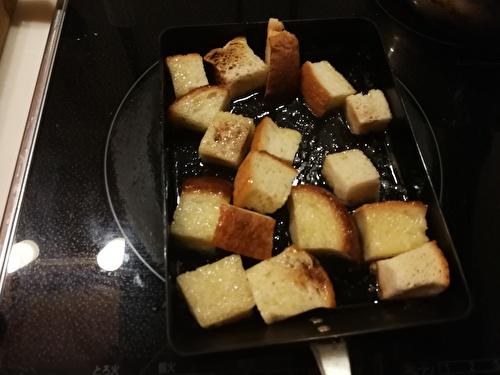 食パンにバターを絡めている