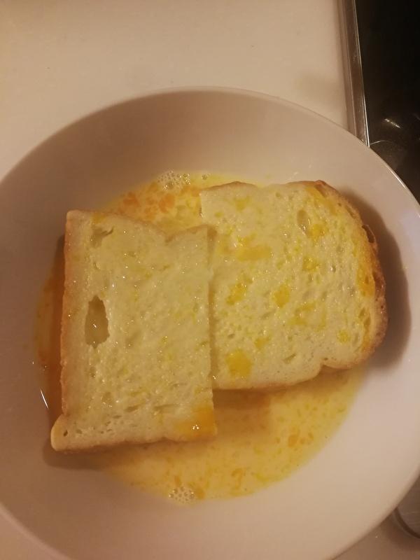 食パンに卵液をつける