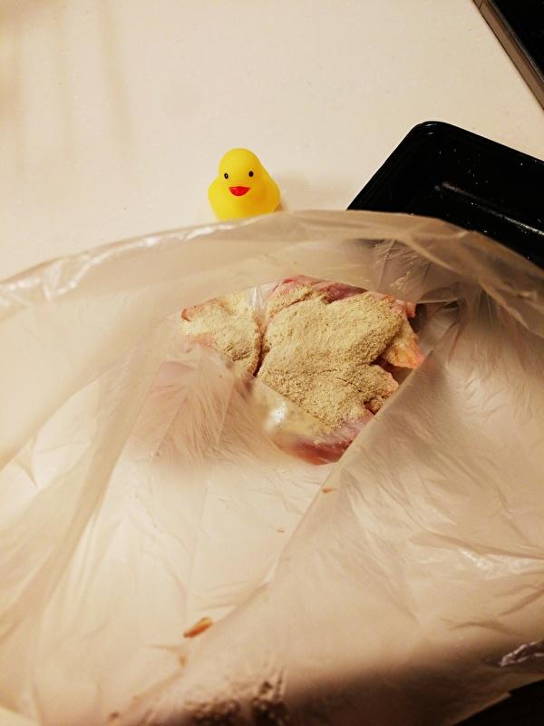 鶏肉に唐揚げ粉を漬ける