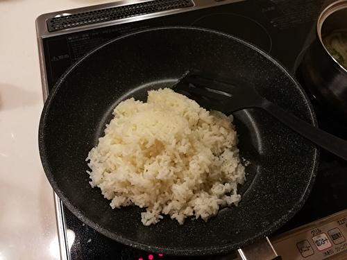 フライパンで米を炒める
