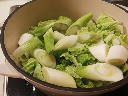 無水鍋に野菜を入れる