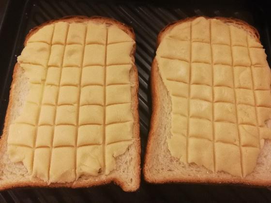 生地をトーストに載せる