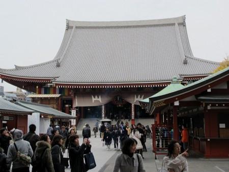 屋根の葺き替えが終わった浅草寺の本堂