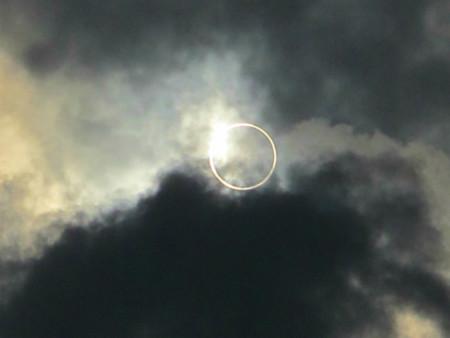 空に浮かぶ金色の輪
