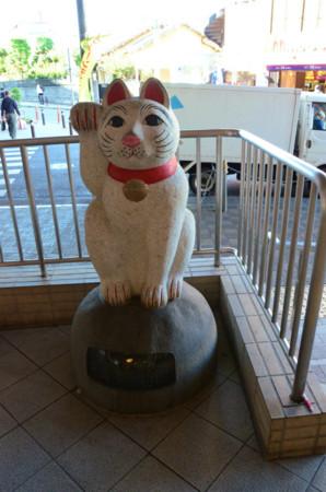 豪徳寺駅の招き猫オブジェ