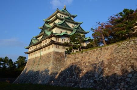 西日を浴びる名古屋城天守閣