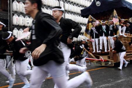 岸和田だんじり祭 雨中の曳行