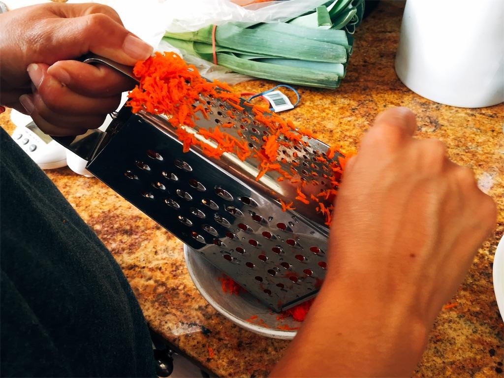 合挽肉と野菜たっぷりトマトソースのラザニア、にんじんはスライサーで細かく削る