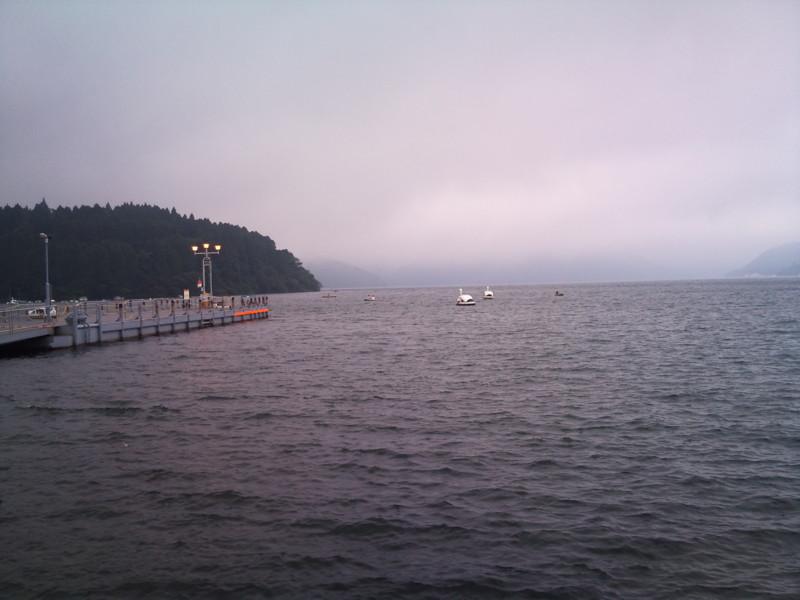 箱根芦ノ湖なう。霧が出てきてちょっと寒い。