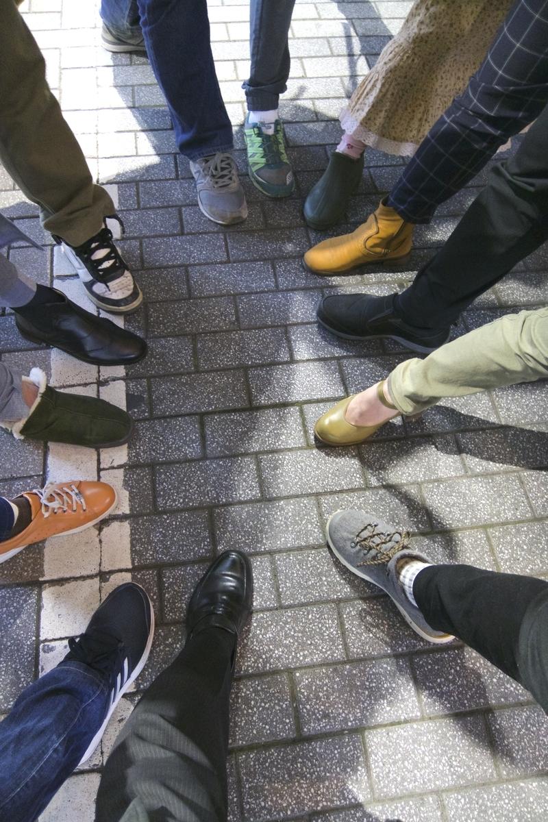 13人の足