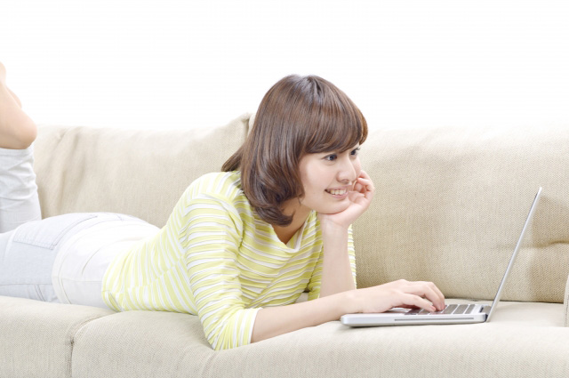 Markdownモードで記事を書く女性