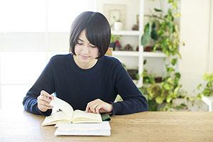 予習で教科書を下読みする女性