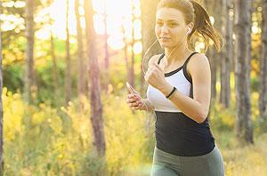 アルキキを聞きながらジョギングする女性