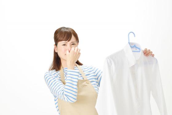 ワイシャツの臭いに鼻をつまむ主婦