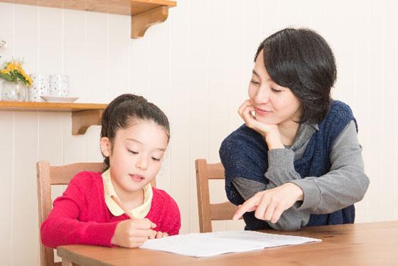 読書感想文に取り組む親子