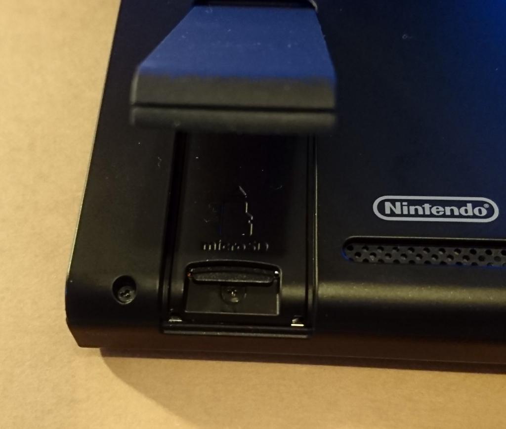 Nintendo Switch に正しくmicroSDカードが挿入されている