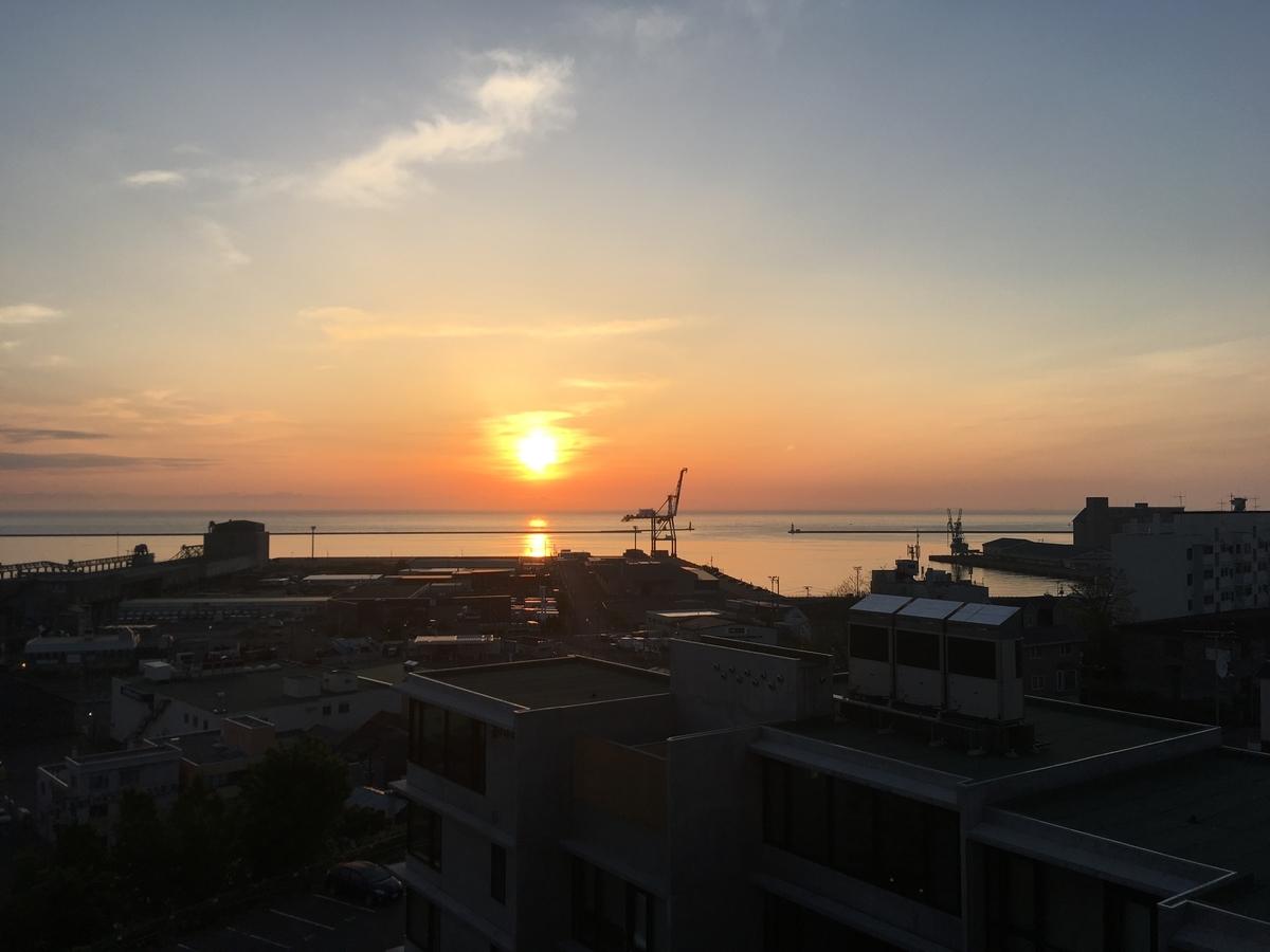 小樽市の高台から望む朝焼け