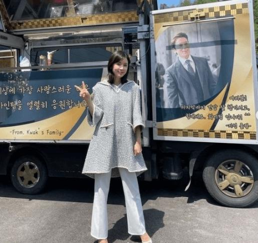 コーヒー車の前に立つ韓国女優イ・ボヨン