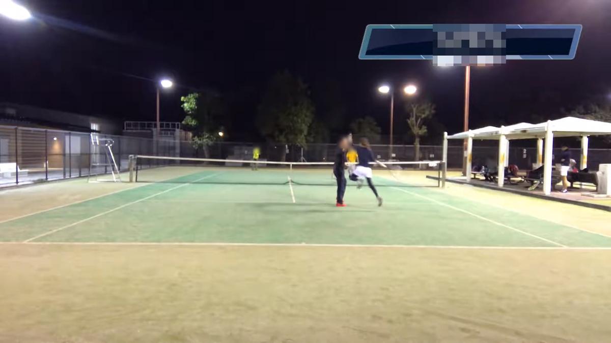 ショットが決まってテニスオフのメンバーとハイタッチする副部長。この回で出会ったテニスオフメンバーのうち、2人はこの部に入部していただけました