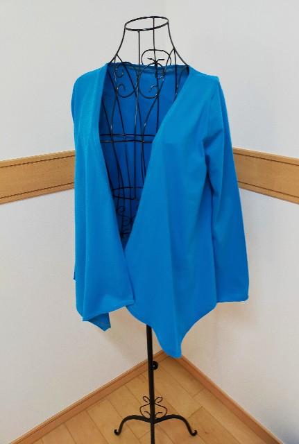 ニットソーイングのジャケットの青い手作りカーディガン