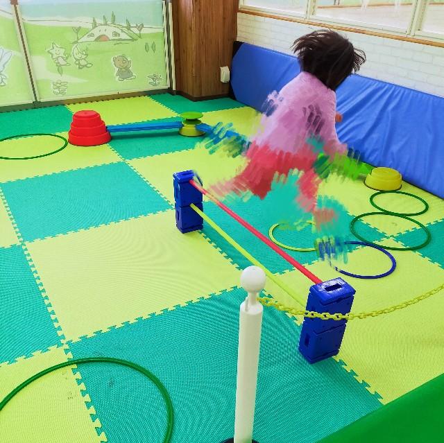 幼稚園の子供が遊ぶアスレチック