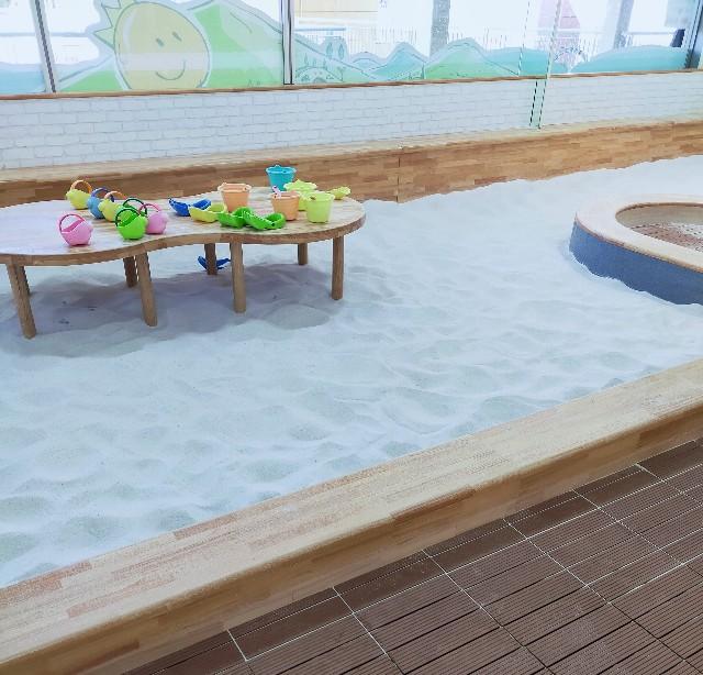 室内の砂場で子供が遊べる遊具