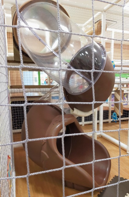 つくばイオンの子供の遊び場の室内の遊園地のボールプールのオンパミード