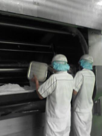 手作業で、副原料(米粉等)を投入