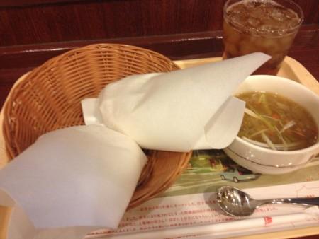 ライスバーガーと生姜と醤油糀のスープとアイスウーロン茶