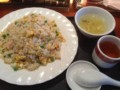 ランチメニューの海老炒飯大盛り。サラダ、搾菜、フルーツゼリー、ド