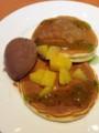 黄桃、キウイフルーツソース、アップルソースをトッピング