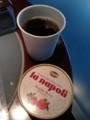無料サービスのコーヒーとダブルベリーのジェラート