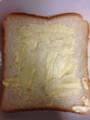 食パンにマーガリンを塗る