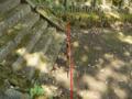 火雷神社を通る断層線を示す杭