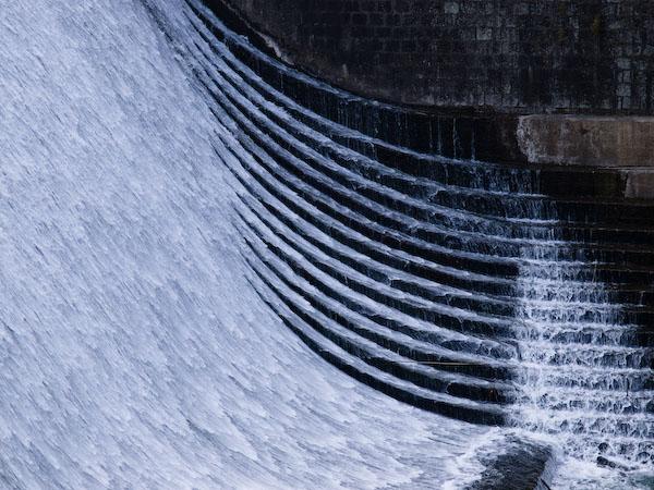 白水ダムの左岸