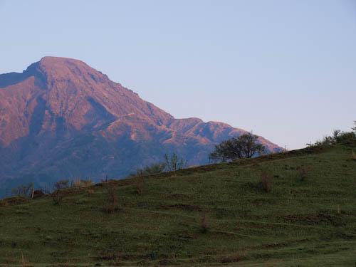 朝日を浴びる高岳