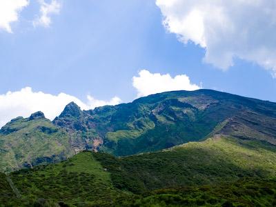 仙酔峡より高岳を仰ぐ