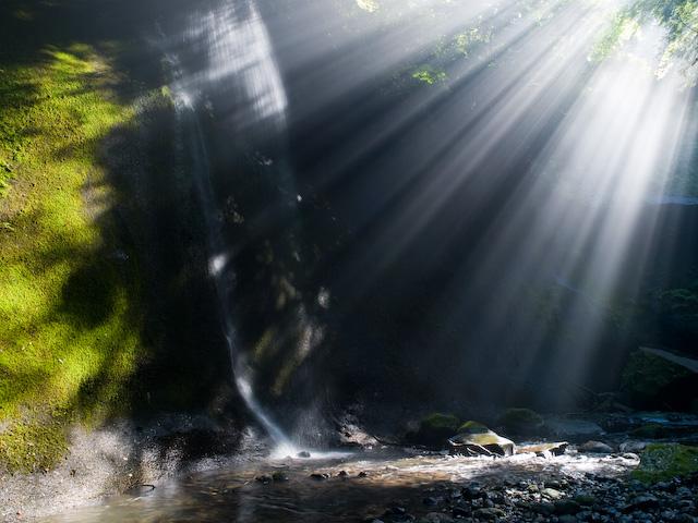 左岸の滝と光芒