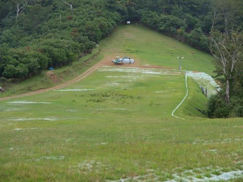 スキー場の先に登山口