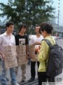 【实拍】卖网站的地摊男PK腾讯、百度_网易新闻论坛