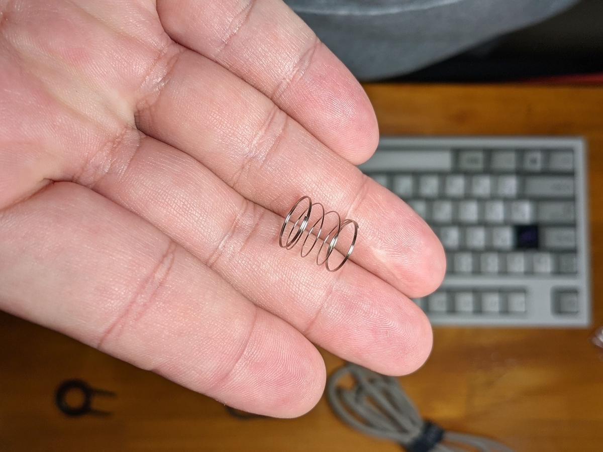 キーボード用のスプリング