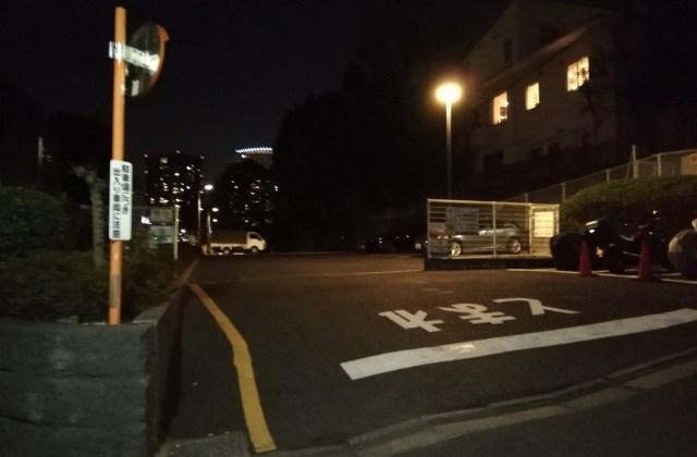 駐車場正面(夜)