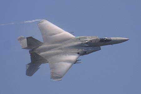 翼上面にベイパーを曳くF-15J
