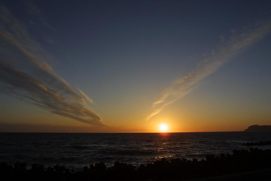 青森県十三湖近くの海岸から観た夕陽