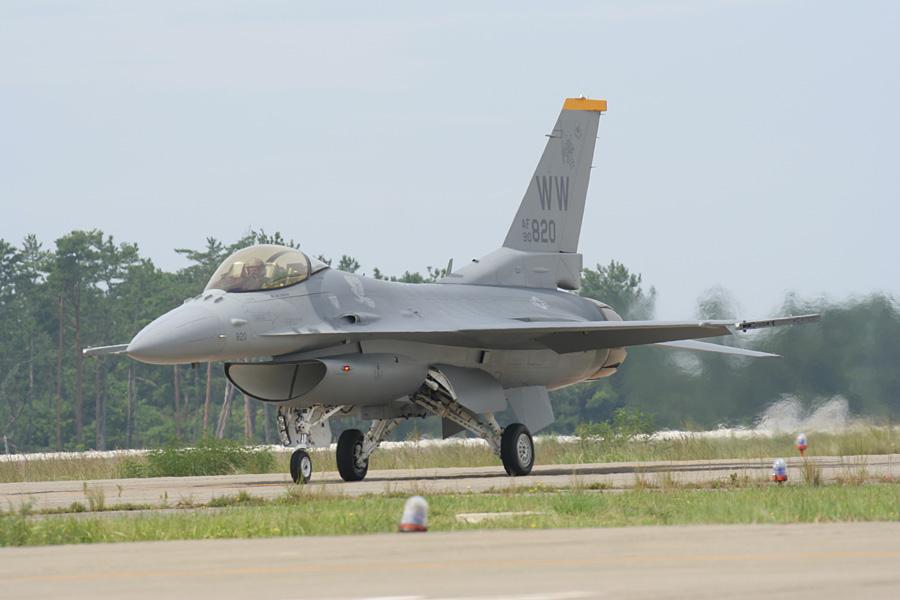 エプロンへ向かうF-16